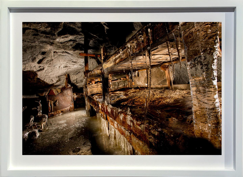 2014 Gruppo Adamello, Corno di Cavento, brande con paglia e stufa all'interno della galleria